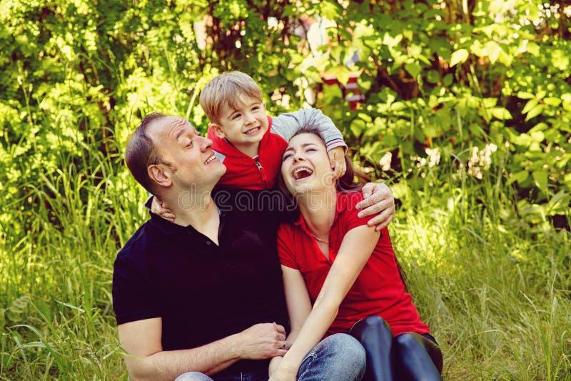 Portr?t im Freien einer gl?cklichen Familie Mutter, Vati und Kind lizenzfreies stockbild