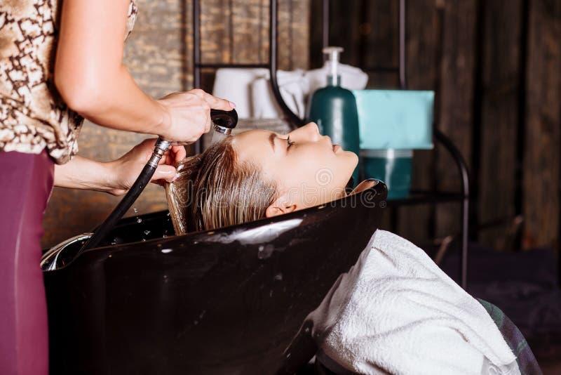 Portr?t von Frauen, die Haar in einem Sch?nheitssalon waschen stockfotos
