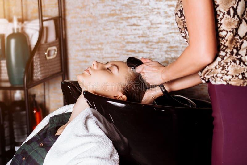 Portr?t von Frauen, die Haar in einem Sch?nheitssalon waschen lizenzfreie stockbilder