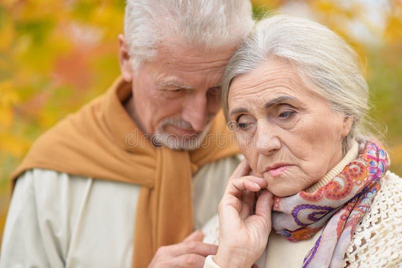 Portr?t von traurigen ?lteren Paaren im Herbst parken lizenzfreies stockbild