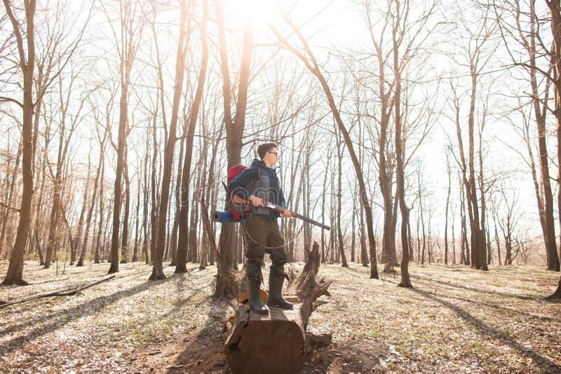 Portr?t von Yang-J?ger mit einem Rucksack und einem Gewehr auf dem Wald stockfotografie