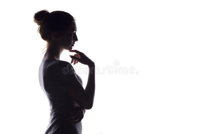 Portr?tprofil des sch?nen M?dchens mit dem handverlesenen Haar, des Schattenbildes einer Frau auf einem wei?en lokalisierten Hint stockbilder