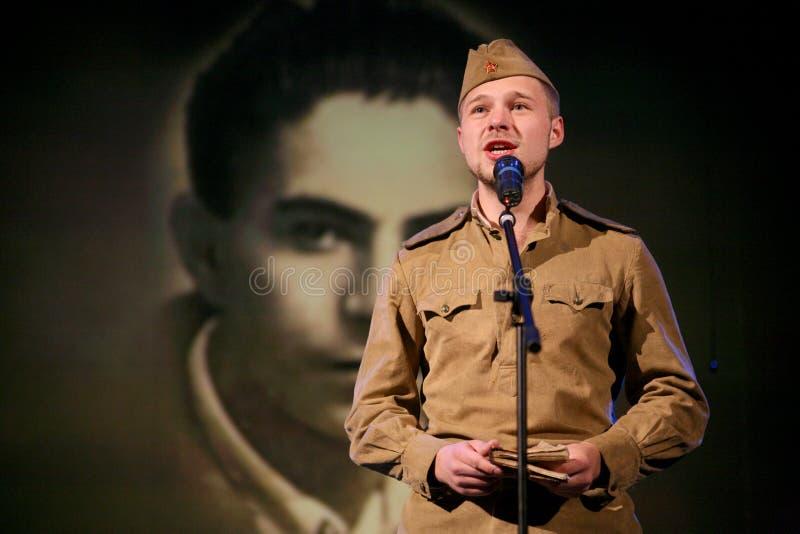 Portra Radziecki żołnierz, poeta, bohater w mundurze bawić się akordeon nad czarnym tłem druga wojna światowa zdjęcia stock