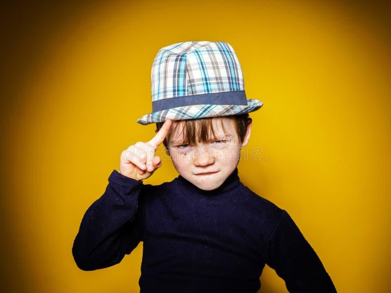 Portrai émotif en gros plan de garçon expressif roux d'élève du cours préparatoire photographie stock