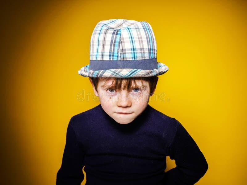 Portrai émotif en gros plan de garçon expressif roux d'élève du cours préparatoire image stock