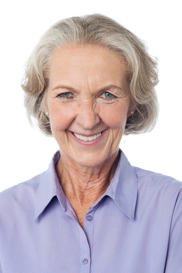 Portrai de uma senhora envelhecida de sorriso fotografia de stock royalty free