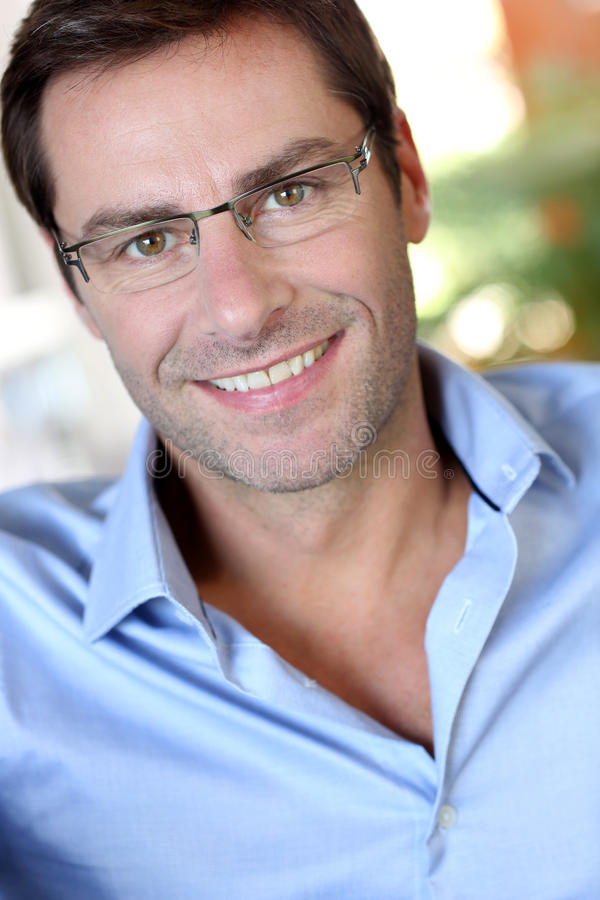 Portrai van de glimlachende mens royalty-vrije stock afbeeldingen