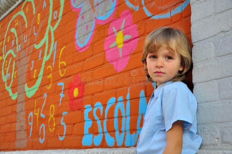 Portraif ενός αγοριού στη σχολική πίσω αυλή στοκ εικόνες