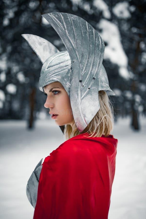 Portrain da mulher na imagem do deus de trovão Germânico-escandinavo e de tempestade fotos de stock