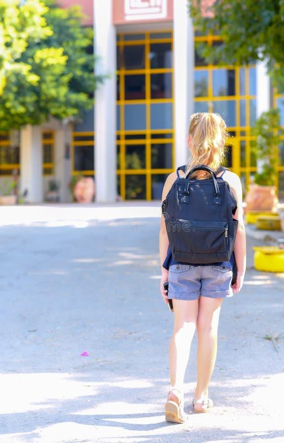 Portrair回到学校的少年女孩 r 免版税库存照片