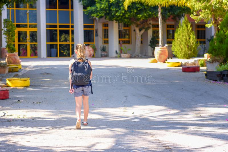 Portrair回到学校的少年女孩 r 库存图片