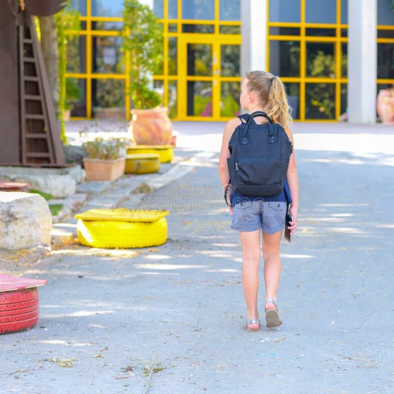 Portrair回到学校的少年女孩 r 免版税库存图片