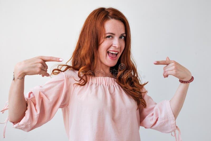 Portrair av den caicasian röda haired kvinnan som är stolt av henne fotografering för bildbyråer