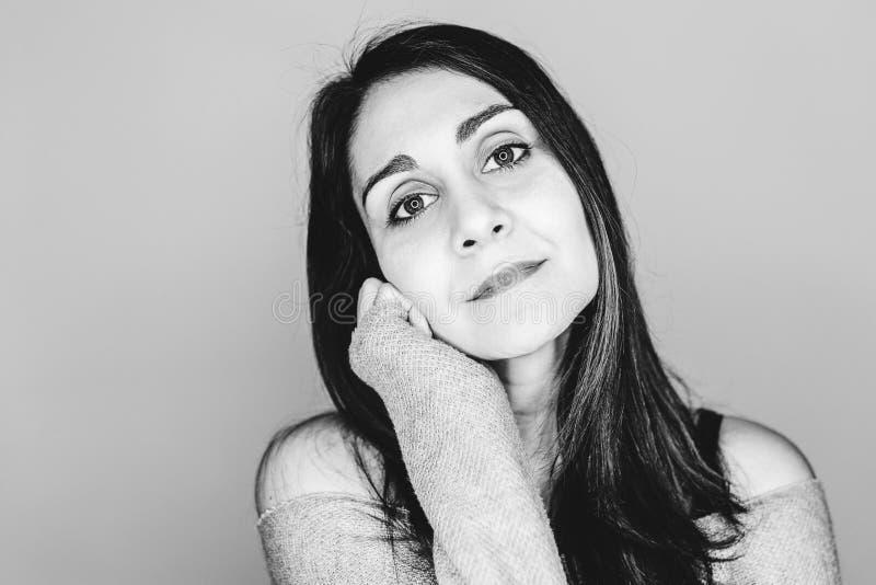portrait à l'intérieur d'une jeune belle femme avec la réflexion menée d'anneau dans ses yeux Photographie noire et blanche images stock