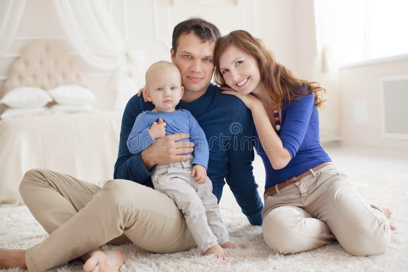 Portrait à la maison de jeune famille heureuse image libre de droits