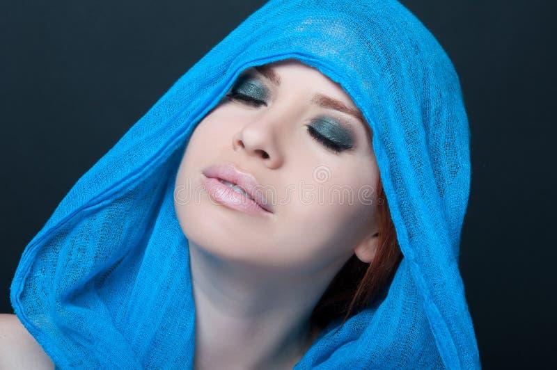 Portrait à la mode d'un modèle de fille avec l'écharpe image libre de droits