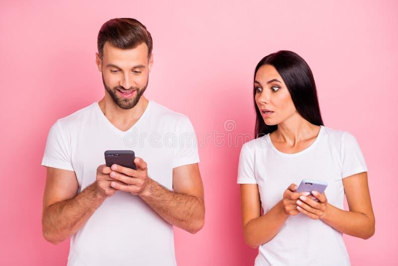 Portrait à lui il elle elle deux beaux conjoints gais gais attirants jolis causant l'Internet en ligne d'isolement images stock