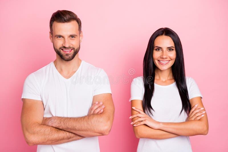 Portrait à lui il elle elle deux beaux conjoints satisfaits gais gais mignons avec du charme attirants jolis a plié des bras image libre de droits