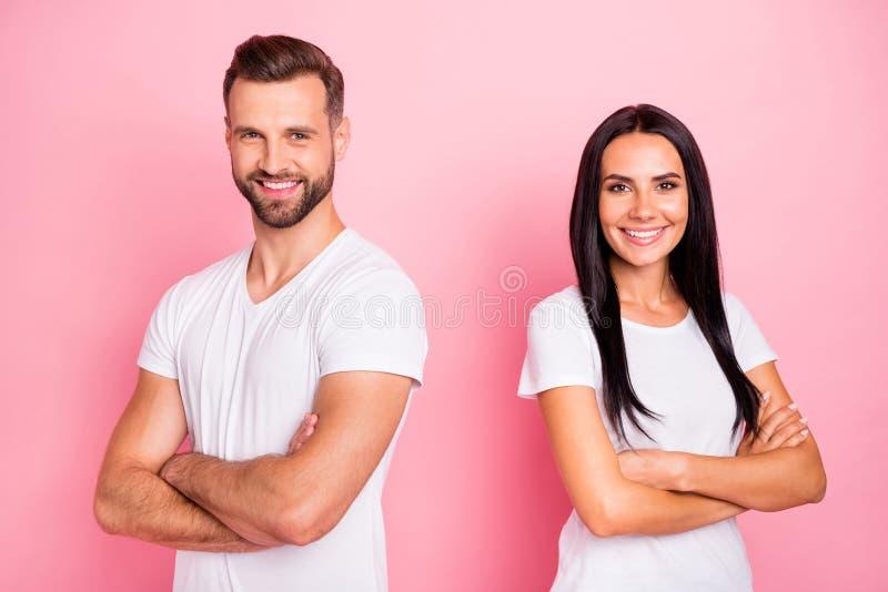 Portrait à lui il elle elle deux conjoints gais gais de beau contenu avec du charme attrayant joli a plié des bras nouveaux image stock