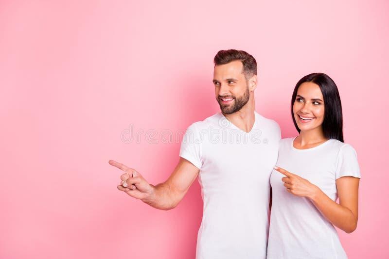 Portrait à lui il elle elle pointage gai gai de deux conjoints de beau contenu mignon avec du charme attrayant gentil heureux photo stock