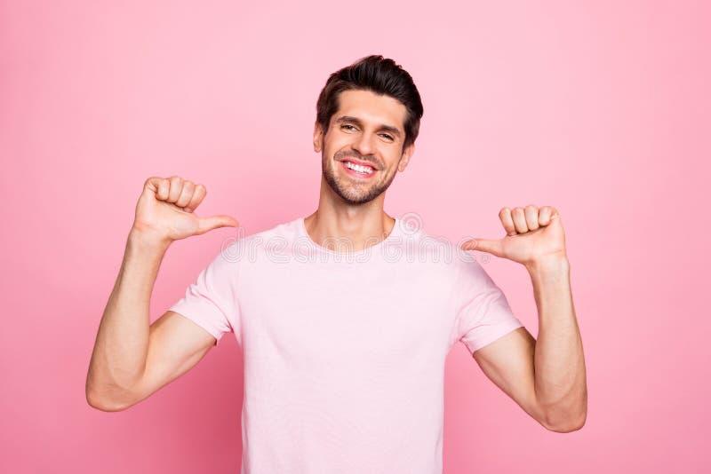 Portrait à lui il gentil beau heureux type satisfait gai gai arrogant attirant présent lui l'individu la meilleure date d'amant images libres de droits