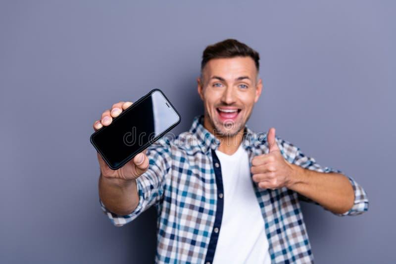 Portrait à lui il heureux type aux cheveux gris barbu de contenu sûr gai attrayant gentil portant l'apparence vérifiée de chemise photos stock