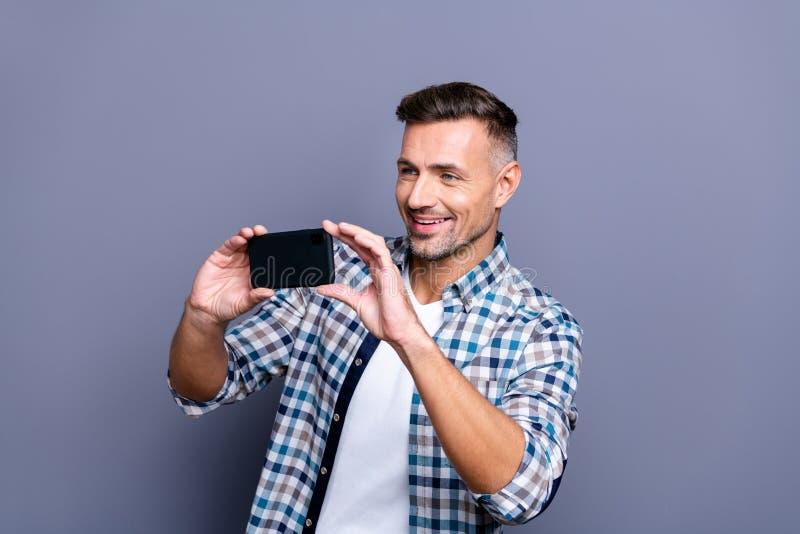 Portrait à lui il type aux cheveux gris barbu de contenu gai gai attrayant gentil utilisant la chemise vérifiée faisant la photo photos stock