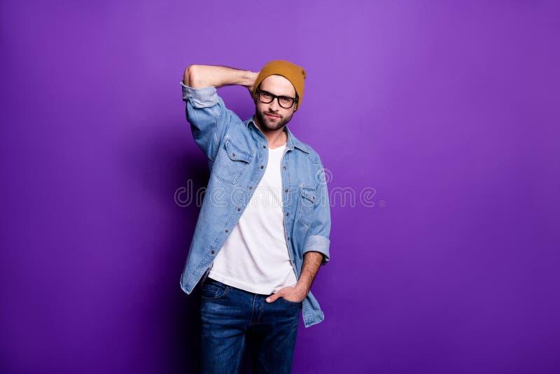 Portrait à lui il type barbu brutal viril de contenu attrayant gentil posant l'habillement moderne de saison de mode de vie d'iso images libres de droits