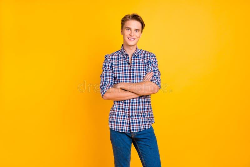 Portrait à lui il type gai gai attirant joli utilisant la chemise vérifiée a plié des bras d'isolement au-dessus de lumineux photos stock