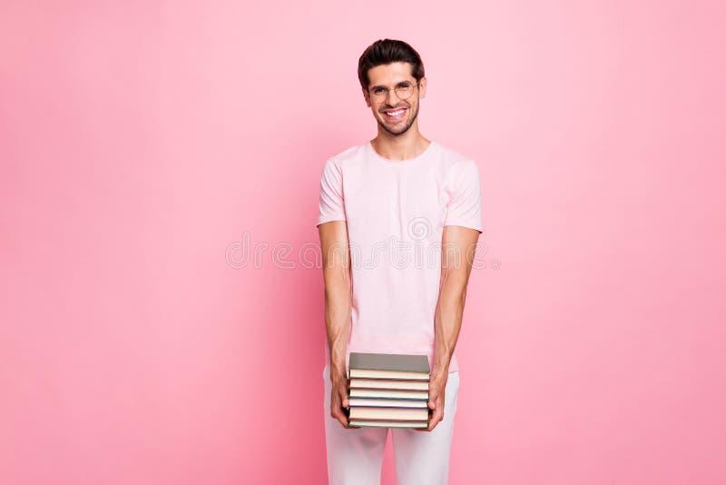 Portrait à lui il type intellectuel positif gai gai de contenu attrayant gentil heureux maintenant se tenir dans les mains image stock
