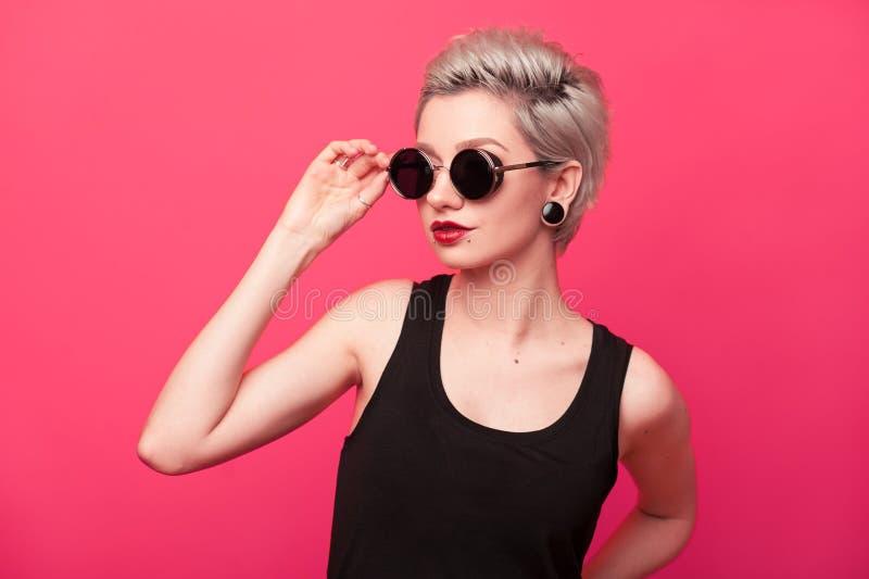 Portrait élégant de mode de jeune femme sur le fond rose images stock