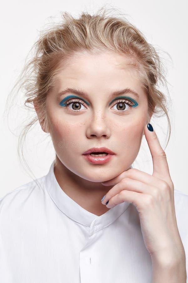Portrait émotif d'une jeune femme blonde sur le fond gris image libre de droits