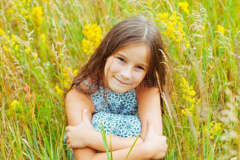 Portrait émotif d'une petite fille dans le domaine appréciant l'été images libres de droits