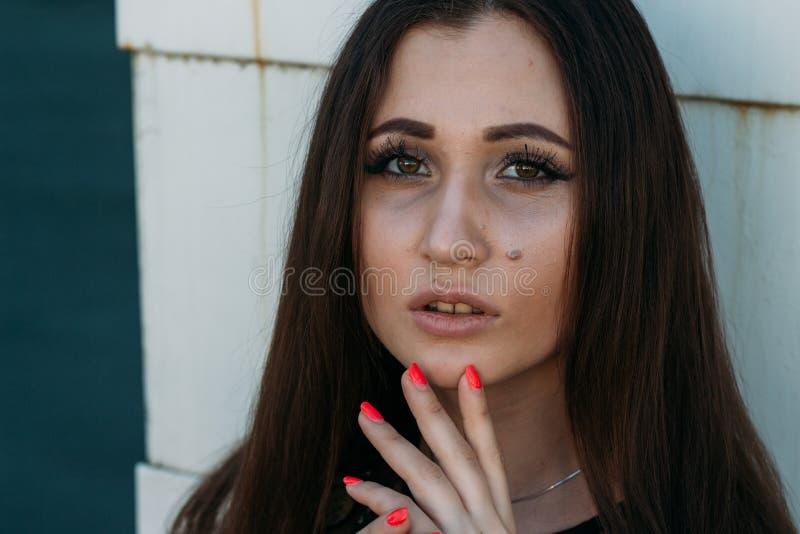 Portrait émotif de portrait élégant de mode de jolie jeune femme portrait de ville Fille triste Brunette dans une robe noire expe images stock