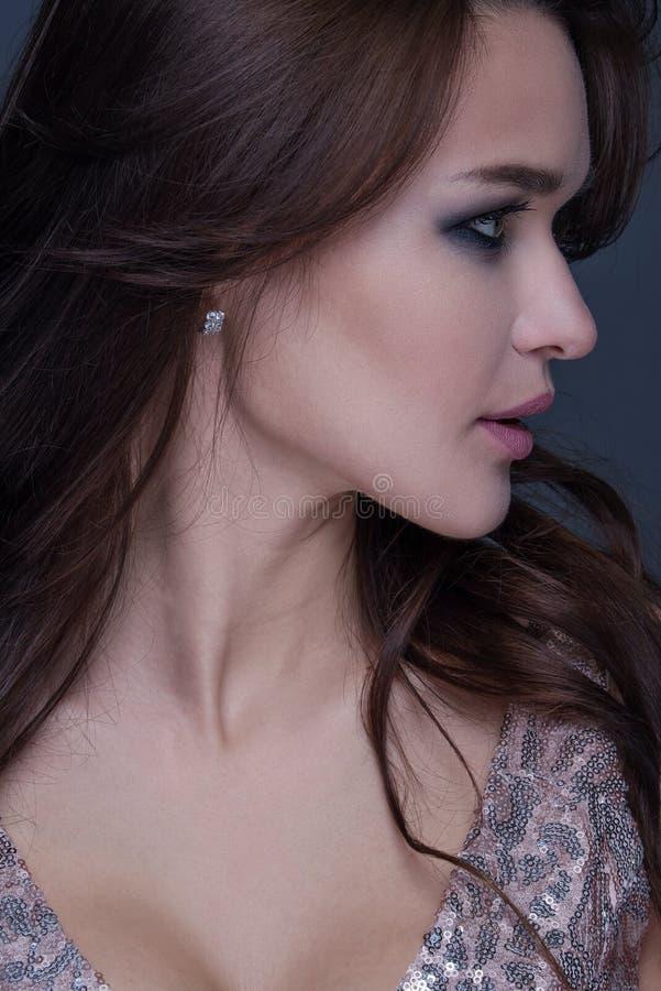 Portrait émotif de plan rapproché de jeune belle femme avec le maquillage à la mode lumineux image stock