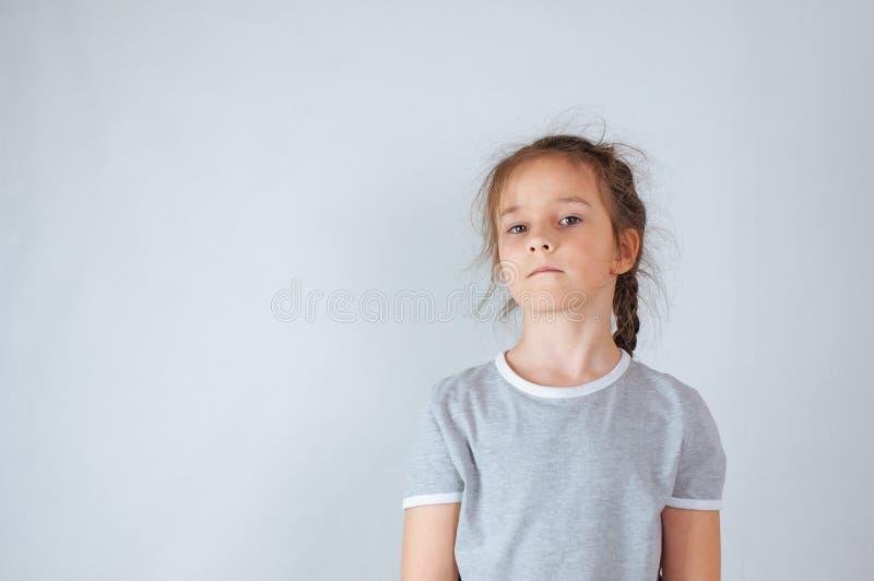 Portrait ?motif de studio d'une petite fille s?rieuse avec de longs cheveux photographie stock