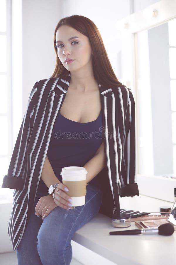 Portrait émotif de tasse avec du charme mignonne de boissons de femme de cappuccino photographie stock libre de droits