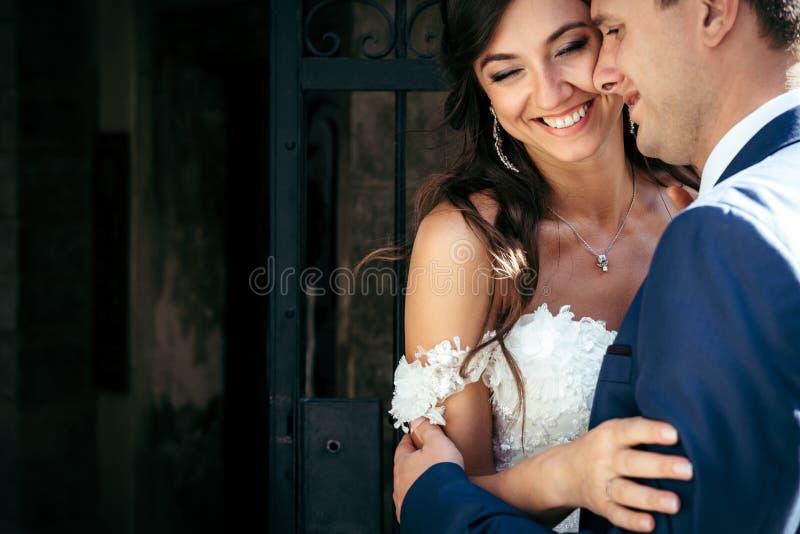 Portrait émotif des nouveaux mariés étreignants heureux Emplacement extérieur images libres de droits