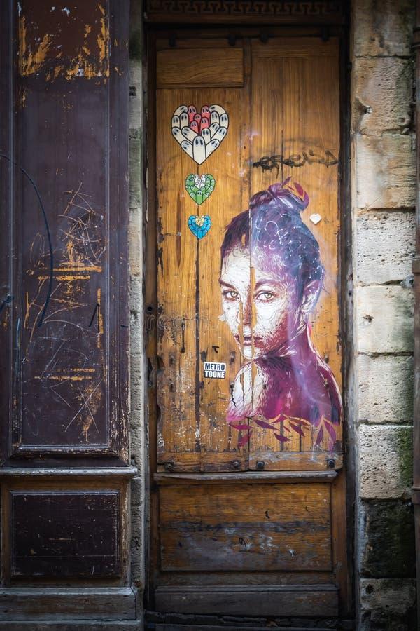 Portrait étiqueté de femme sur la porte d'un magasin de Bordeaux image stock