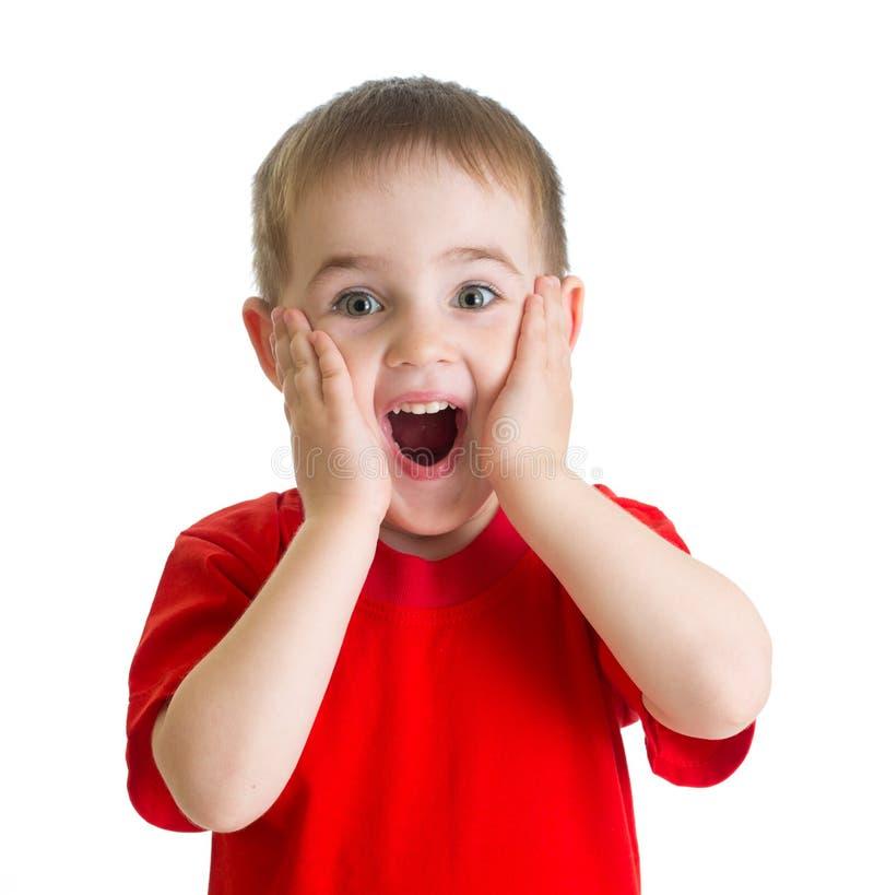 Portrait étonné de petit garçon dans le T-shirt rouge d'isolement images stock
