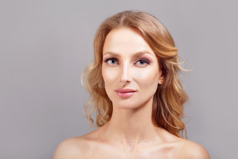 Portrait étonnant de femme Belle fille avec le long cheveu ondulé Modèle blond avec la coiffure photographie stock