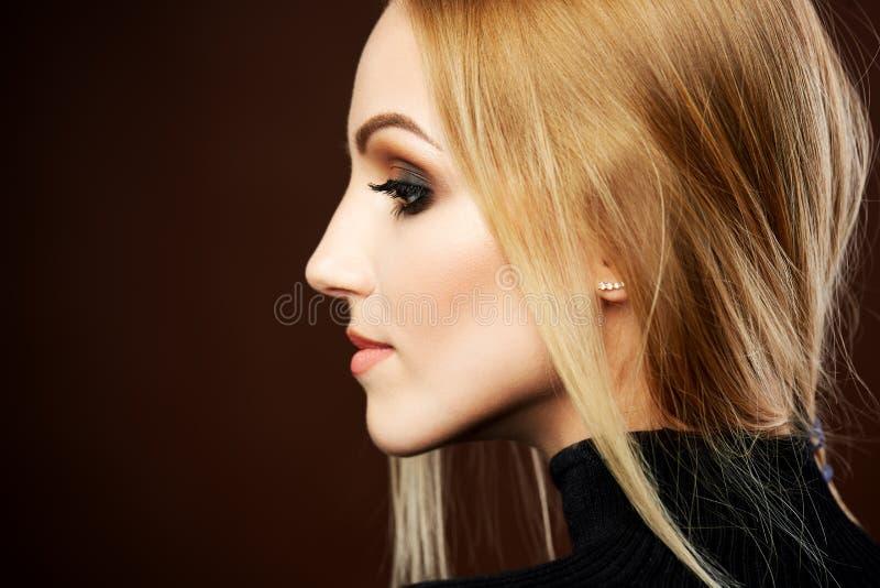 Portrait étonnant de femme, modèle blond avec la coiffure image libre de droits