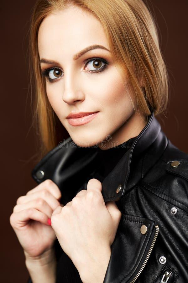 Portrait étonnant de femme, modèle blond avec la coiffure image stock