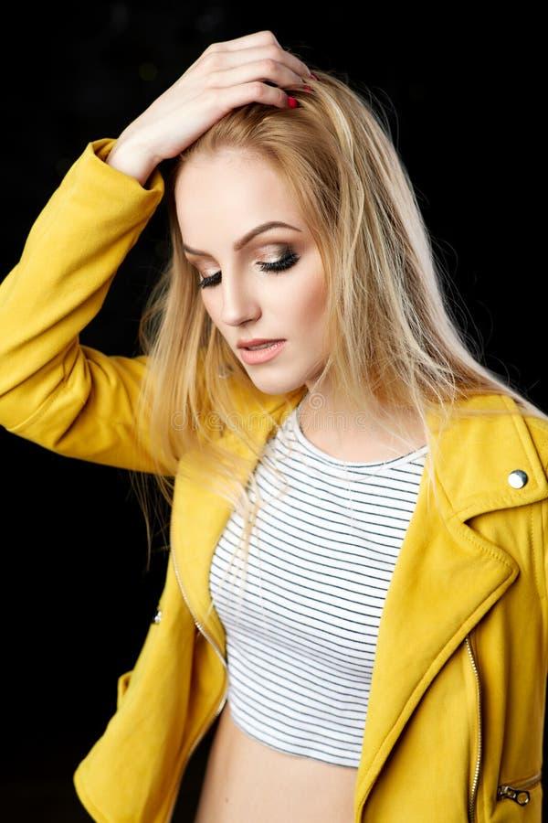 Portrait étonnant de femme, modèle blond avec la coiffure images stock