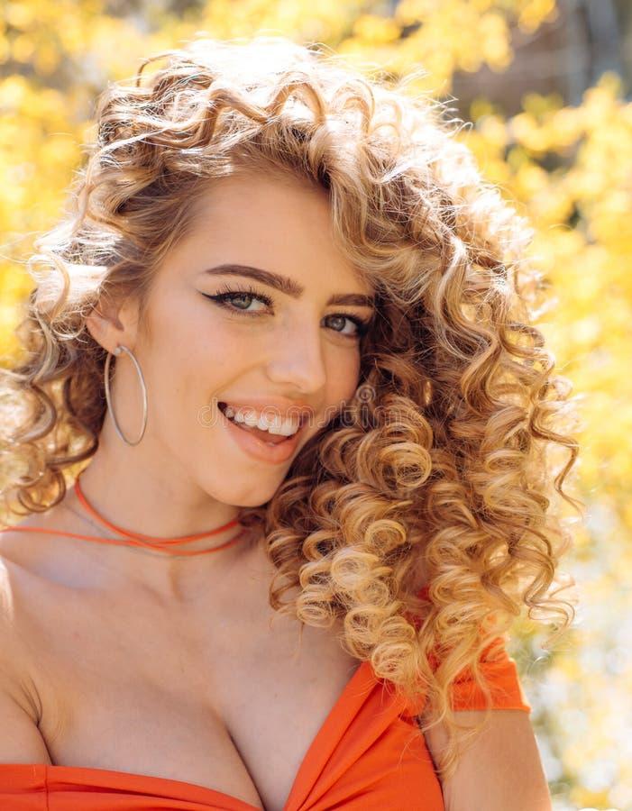 Portrait étonnant de femme Modèle blond avec la coiffure Femelle attirante photos libres de droits