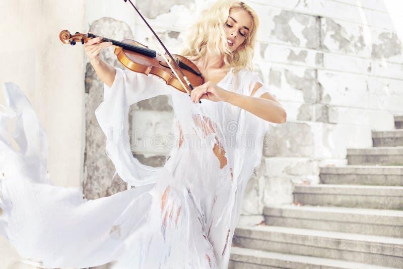 Portrait étonnant du musicien féminin images libres de droits