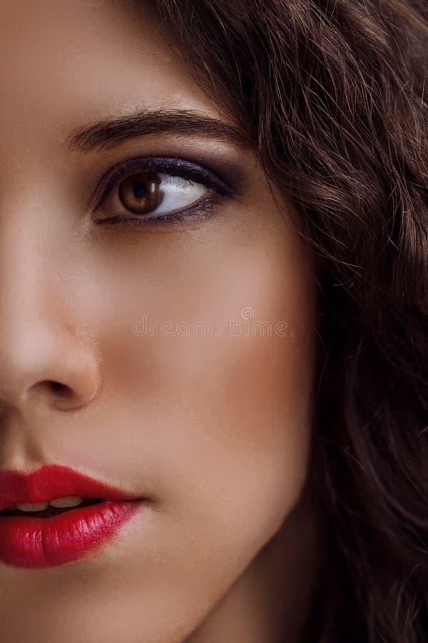 Portrait étroit d'une belle jeune fille image libre de droits
