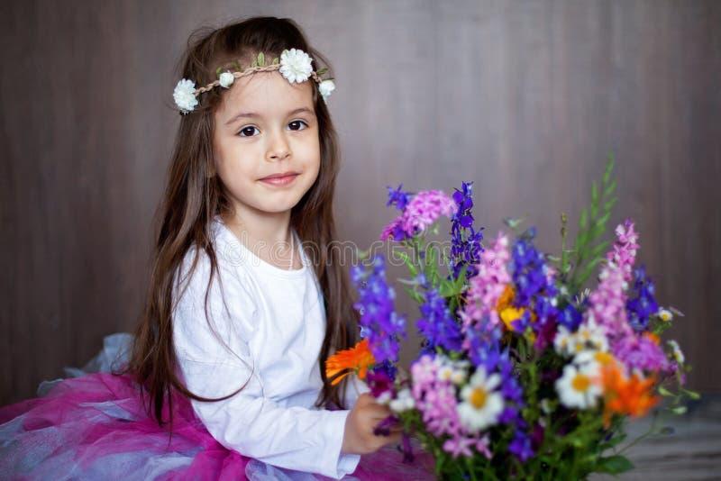 Download Portrait étroit D'une Petite Fille De Sourire Douce Tenant Le Bouquet De Image stock - Image du down, campanule: 56489861