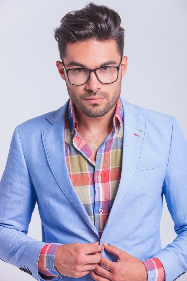 Portrait étroit des verres de port d'homme d'affaires à la mode photographie stock