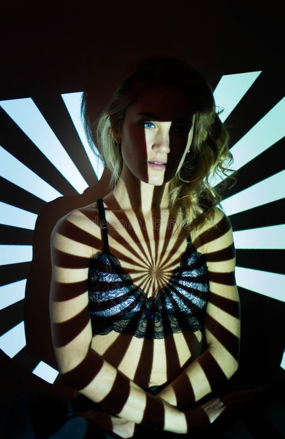 Portrait abstrait de femme dans des lumières de projecteur photographie stock